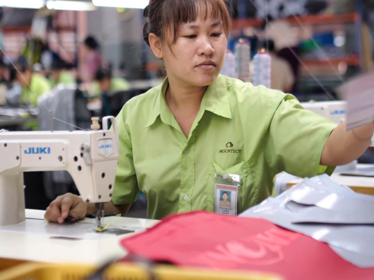 30 Jahre Mountech - Näherin im Tatonka-Werk in Saigon, Vietnam.