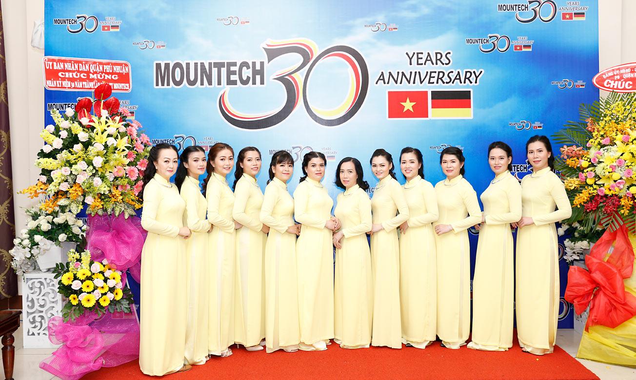 30 Jahre Tatonka-Mountech - Feier mit Mitarbeitern in Saigon.