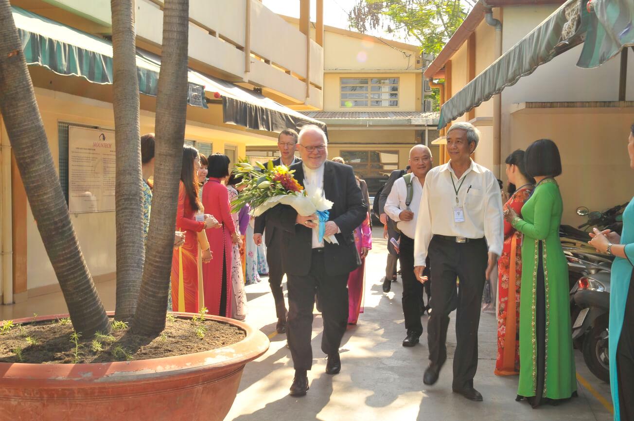 Kardinal Marx besucht die Tatonka-Produktion Mountech in Saigon.